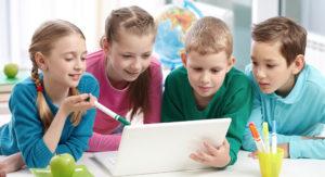 bambini insieme al computer