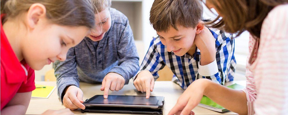 ragazzi che usano i tablet