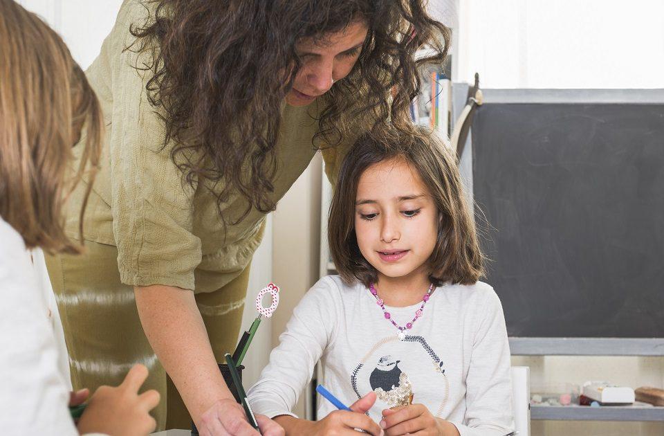 insegnante che aiuta studentesse