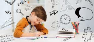 bambino sorridente che fa i compiti