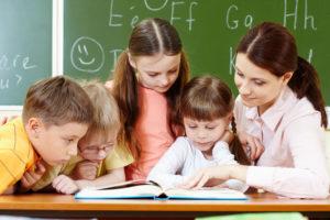 insegnante che aiuta bambini a leggere