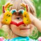 bambina che gioca con i colori a dita