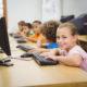 Studenti al computer che fanno coding