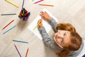 Bambina che colora