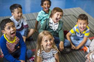bambini felici che urlano