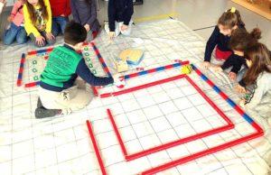Bambini che giocano a programmare robot